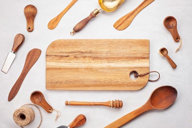 Piatto posare con utensili da cucina