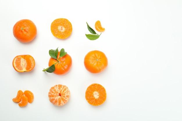 Piatto disteso con mandarini su sfondo bianco