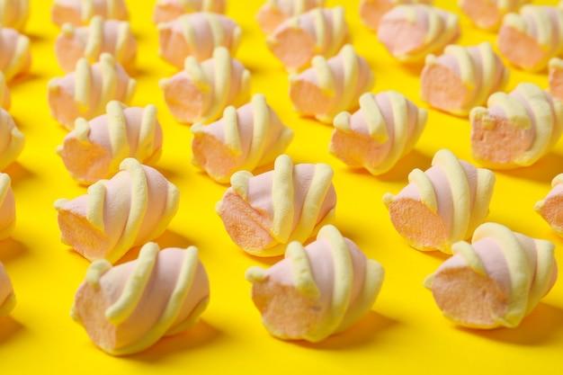 Lay piatto con marshmallow pattern isolato