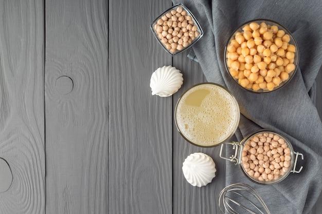 Piatto con meringhe aquafaba e ceci su tavola di legno