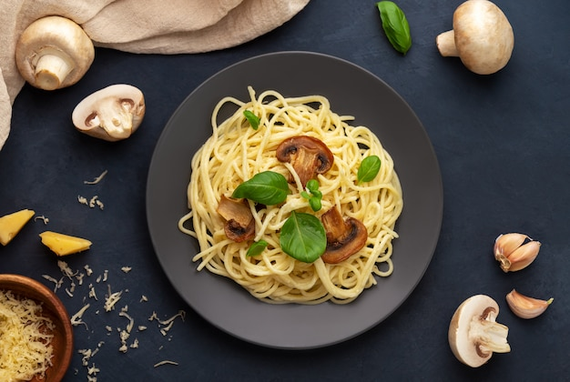 Piatto disteso con pasta di funghi in salsa cremosa e ingredienti