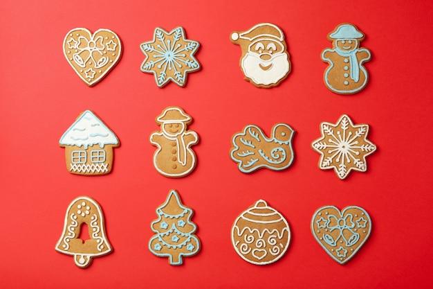 Lay piatto con gustosi biscotti di natale