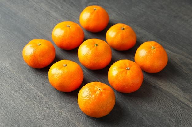 Piatto disteso con gustosi mandarini su un tavolo di legno strutturato
