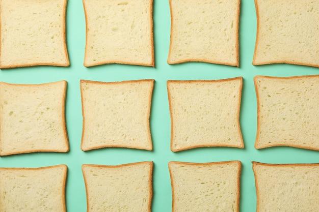 Lay piatto con pane tostato su sfondo di menta