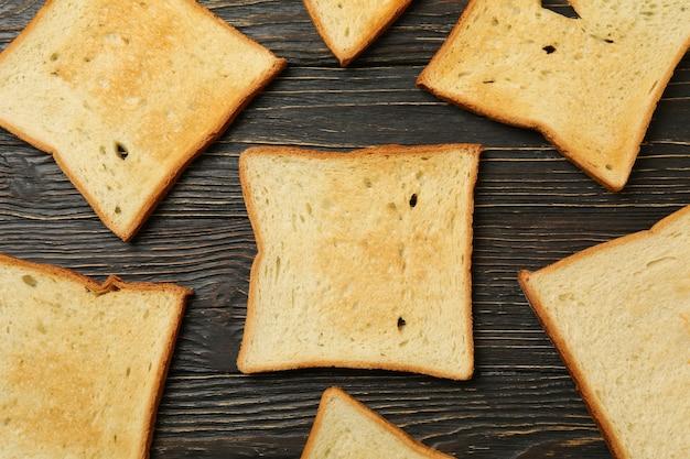 Lay piatto con pane tostato o