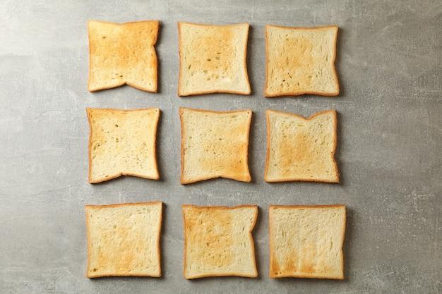Lay piatto con pane tostato