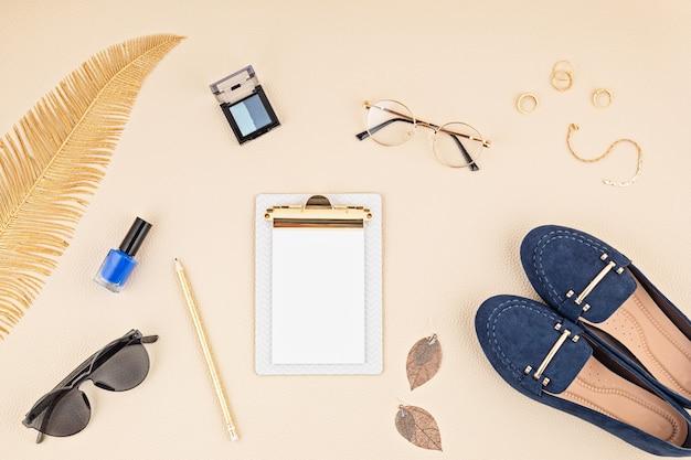 Lay piatto con accessori moda donna nei colori beige e blu. blog di moda, stile estivo, shopping e concetto di tendenze