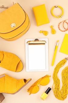 Lay piatto con accessori moda donna nei colori giallo e blu. blog di moda, stile estivo, shopping e concetto di tendenze