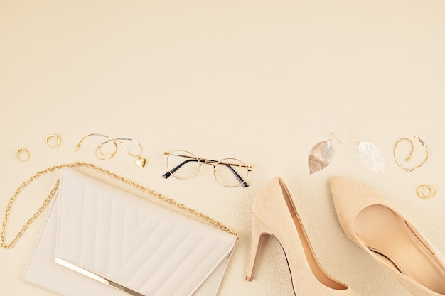 Lay piatto con accessori moda donna nei colori giallo e blu. blog di moda, stile estivo, shopping e idee di tendenze