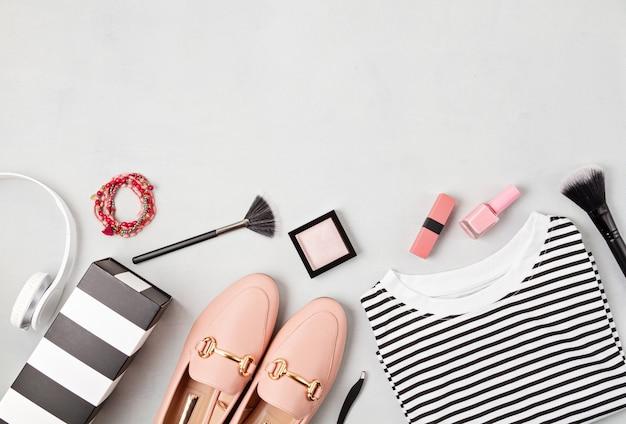 Lay piatto con accessori moda donna nei colori gialli. moda, blog di bellezza online, stile estivo, shopping e concetto di tendenze