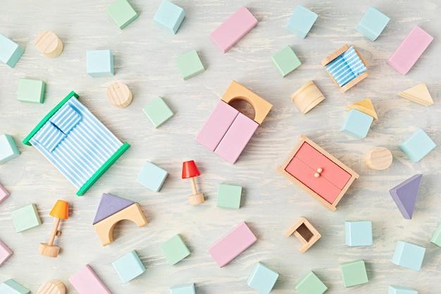 Lay piatto con blocchi di legno in colori pastello. giocattoli per bambini ecologici, a rifiuti zero, senza plastica, educativi e di genere neutro. copia spazio, vista dall'alto