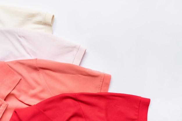 Piatto posare di vestiti e accessori donna set. sfondo moda femminile alla moda.