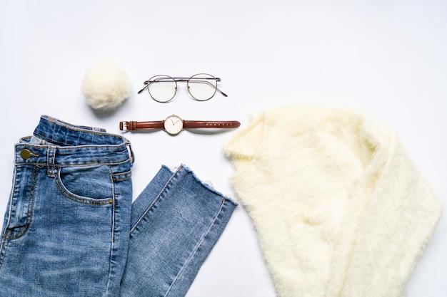 La disposizione piana dei vestiti e degli accessori della donna ha messo con gli occhiali, orologio.