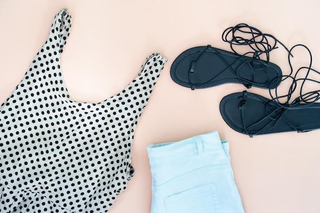Piatto laici di vestiti e accessori donna con scarpe. sfondo moda femminile alla moda.