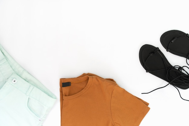 Piatto laici di vestiti e accessori donna con scarpe. sfondo moda femminile alla moda
