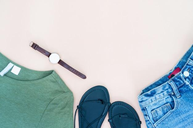 Piatto laici di vestiti e accessori donna con scarpe, orologio. sfondo moda femminile alla moda.