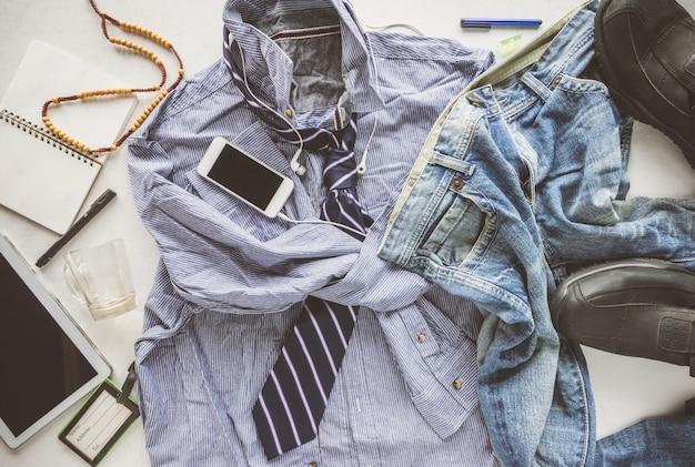 Camicia a righe piatte grinza, jeans, tablet, scarpe e cravatta, hipster uomo disordinato concetto uomo.