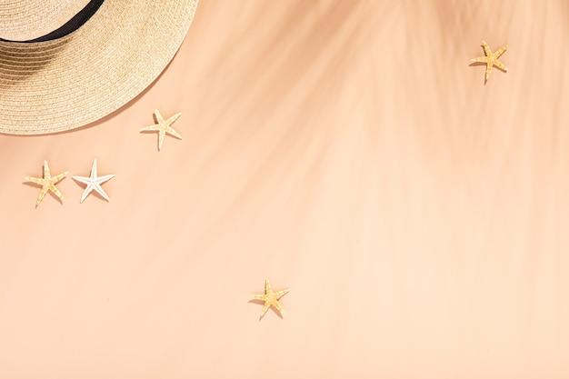 Piatto con ombra di palma di colore neutro su sfondo dai toni naturali. vacanze estive. arte minimale foglia di palma tropicale.