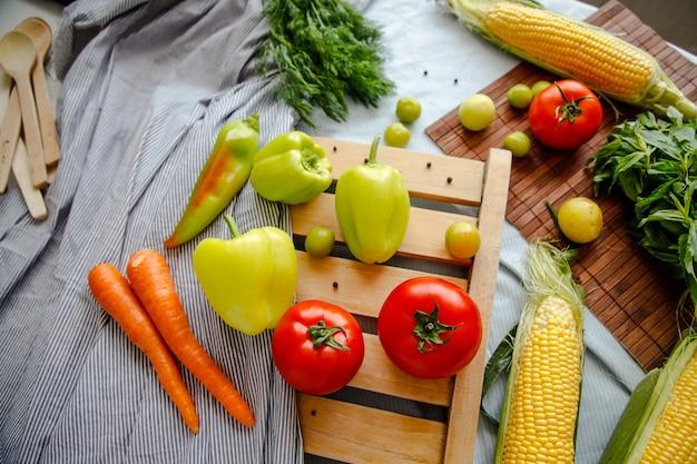 Flatlay di verdure fresche. cornice di verdure. concetto di alimentazione sana