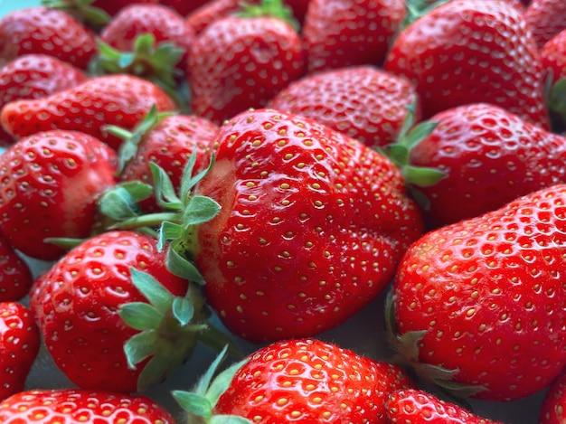 Flatlay da un gran numero di fragole. sfondo naturale.