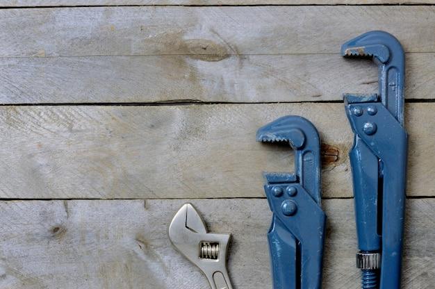 Flatlay.plumbing chiavi su uno sfondo di legno. copyspace