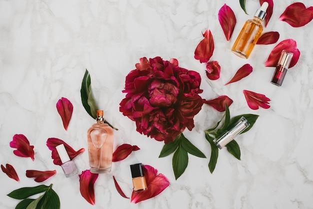 Flatlay di vari prodotti di bellezza e cosmetici