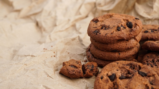 Flatview di biscotti al cioccolato artigianali con gocce di cioccolato su carta da forno. serpenti biologici naturali fatti a mano per una sana colazione