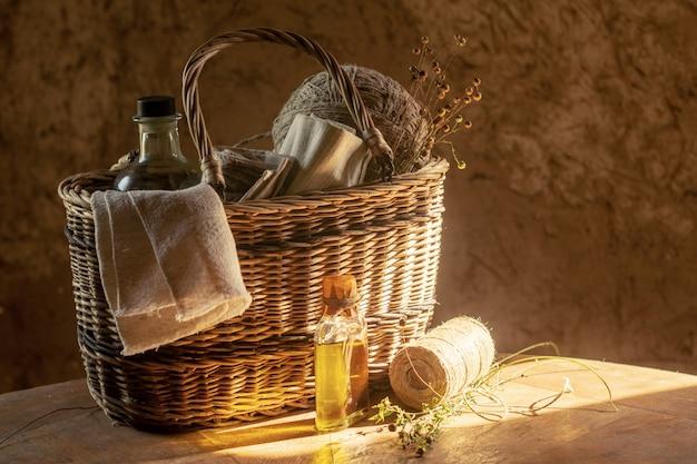 Prodotti di lino. tela di lino, olio di semi di lino, fili in palline e piante di lino secche in un cesto. stile retrò