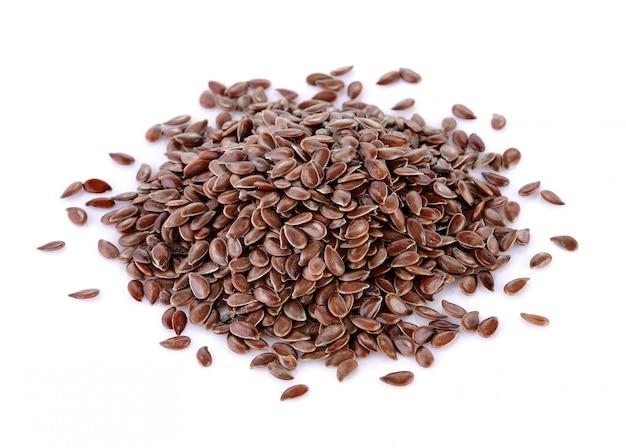 Mucchio dei semi di lino isolato su bianco