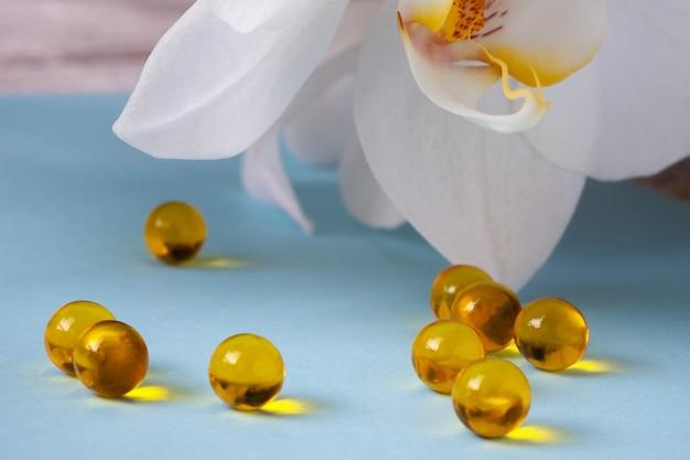 Capsule di olio di semi di lino su un tavolo