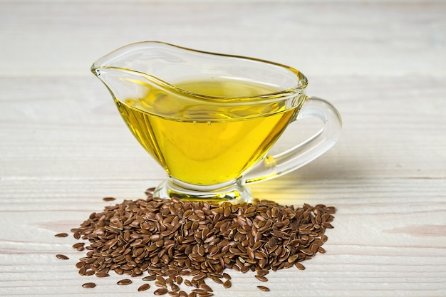 Olio di semi di lino in una salsiera di vetro.