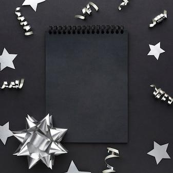 Cornice scura con decorazioni in argento