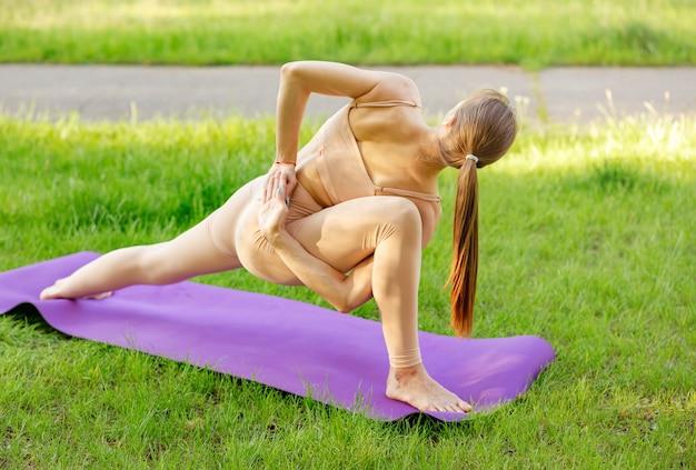Donna flessibile che medita. fidandomi del mio equilibrio. ragazza che fa yoga