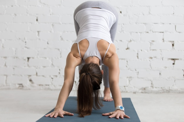 Donna flessibile che allunga la schiena e le braccia Foto Premium