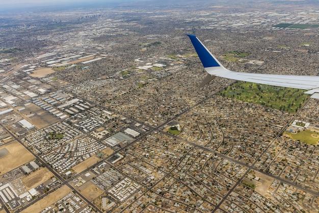 Volo su un aereo su un mix di città industriale residenziale phoenix arizona us