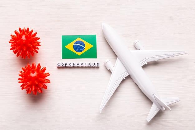 Divieto di volo e frontiere chiuse per turisti e viaggiatori con coronavirus covid-19. aeroplano e bandiera del brasile su un bianco