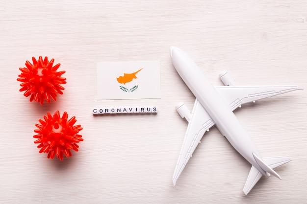 Divieto di volo e frontiere chiuse per turisti e viaggiatori con coronavirus covid-19. aeroplano e bandiera di cipro su un bianco