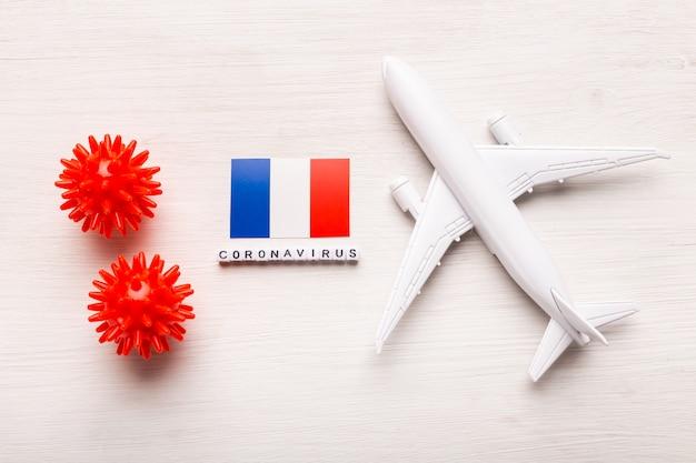 Divieto di volo e frontiere chiuse per turisti e viaggiatori con coronavirus covid-19. aeroplano e bandiera della francia su una priorità bassa bianca. pandemia di coronavirus.