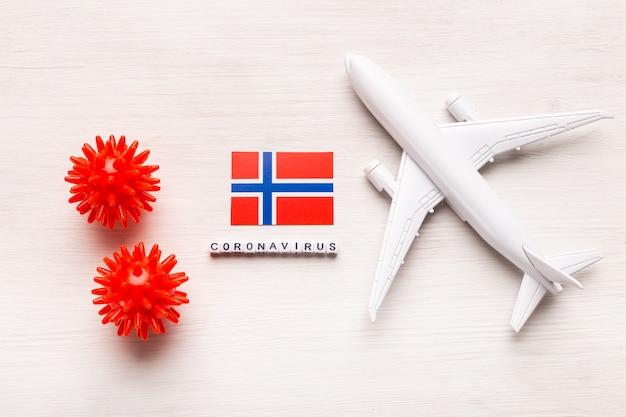 Divieto di volo e frontiere chiuse per turisti e viaggiatori con coronavirus covid-19. aeroplano e bandiera della norvegia su una priorità bassa bianca. pandemia di coronavirus.