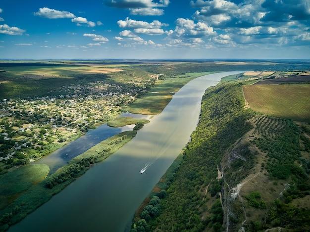 Volo attraverso il maestoso fiume dnister, la lussureggiante foresta verde e il villaggio.