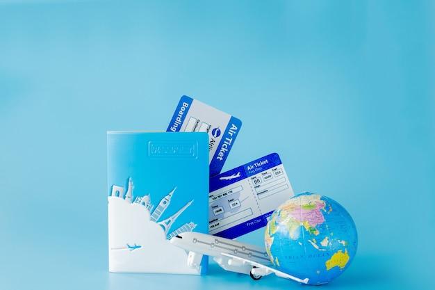 Biglietti aerei con passaporti, modello di aeroplano e globo. estate o concetto di vacanza. copia spazio.