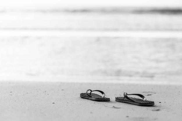 Infradito sullo sfondo spiaggia.