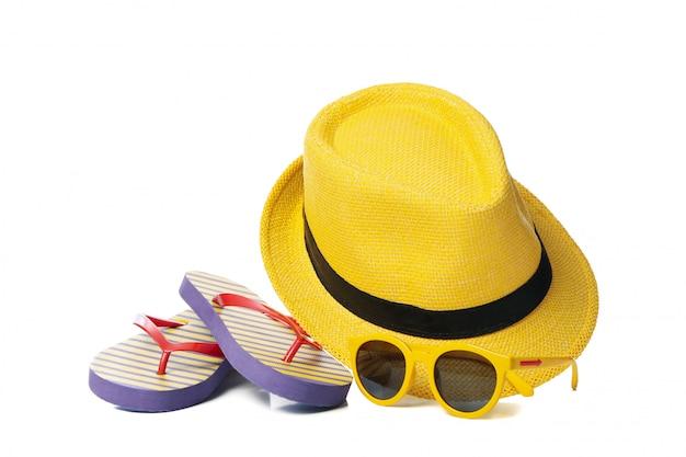 Infradito, occhiali da sole e cappello isolati su bianco