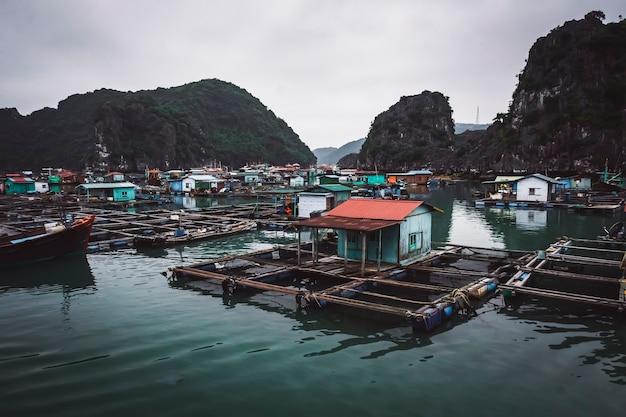 Un villaggio di pescatori galleggiante nella baia di ha long, nel vietnam del nord