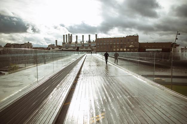 Parco pedonale galleggiante zaryadye del ponte, di fronte al cremlino di mosca