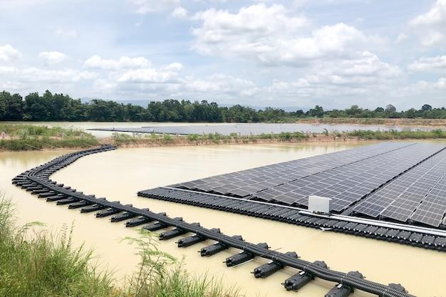 Impianti solari fotovoltaici galleggianti sistema fotovoltaico solare galleggiante Foto Premium