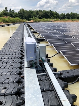 Impianti solari fotovoltaici galleggianti installazione passerella e inverter del sistema solare galleggiante pv