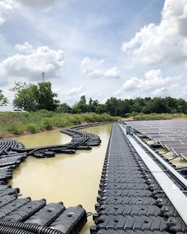 Impianti solari fotovoltaici galleggianti passerella e cavo principale del sistema fotovoltaico galleggiante Foto Premium