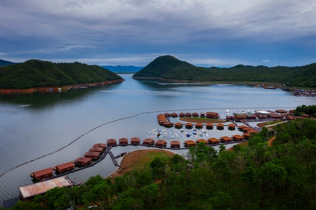 Zattera galleggiante nella diga di kanchanaburi, lago thailnad