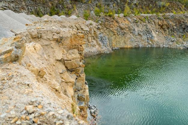 Miniera o cava allagata con una bellissima acqua blu.